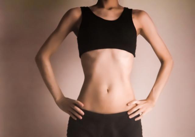 引き締まった腹筋の女性