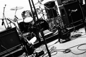 バンドでのライブ演奏画像